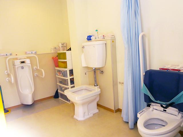 写真:車いすの方でも利用しやすいように手すりがついたトイレ
