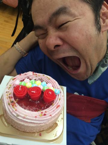 ケーキを食べようとする様子